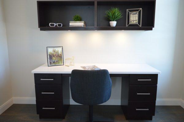 Jak zařídit kancelář? Nezapomeňte na regály do kanceláří